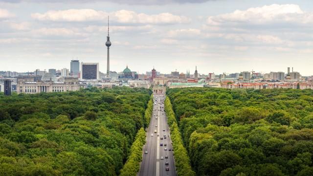 Panorama von Berlin Mitte mit Teilen des Berliner Tiergartens und der Strasse des 17 Juni 11 07 201
