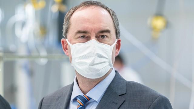 Coronavirus - Aiwanger trägt Mundschutz
