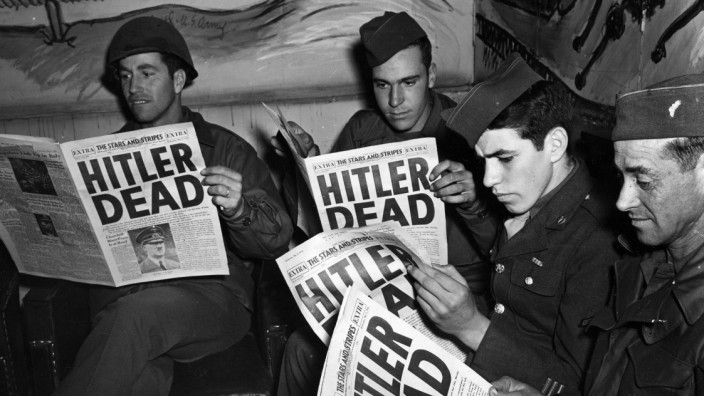 Deuxieme Guerre Mondiale (1939-1945) : Paris (France) 2 mai 1945. Un groupe de soldats americains de passage au Rainbow