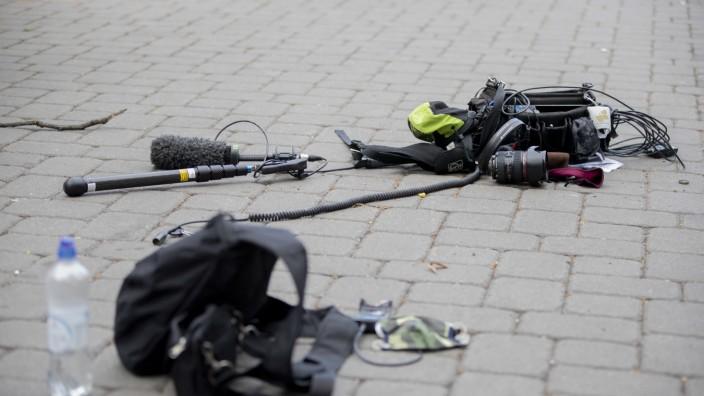 heute show: Zerstörte Dreh-Ausrüstung nach einem Angriff in Berlin