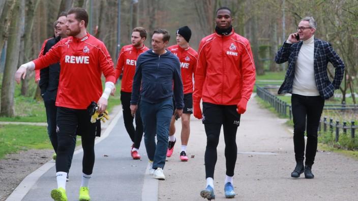 1.FC Köln Training mittlere Reihe von links: Frank Aehlig, Horst Heldt, Alexander Wehrle (alle 1.FC Köln) auf dem Weg z