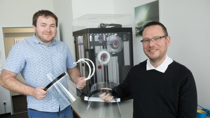 Daniel Sisan (links) und Steffen Müller, Ingenieure, die normalerweise Fahrzeuge. Jetzt Corona-Schutzschilder für medizinisches Personal. Oberschleißheim