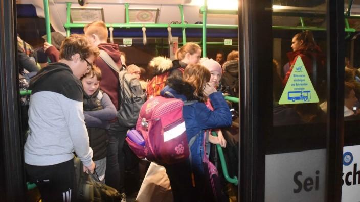 Nach wie vor dürfen Schüler in Deutschland im Bus stehen, ungesichert.