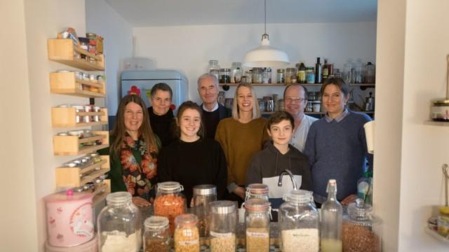 Team, das einen Unverpackt-Laden plant in der Küche von Sabina Poetzsch, die auch Initiatorin ist (ganz rechts). Eringerstraße 34 in Laim