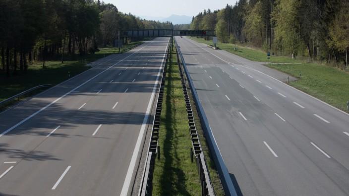 Nahezu leere Autobahn am Sonntag wegen Ausgangsbeschränkung