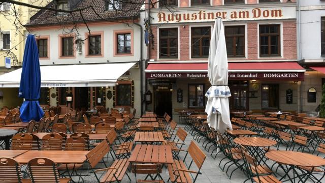 Leerer Biergarten in München wegen Corona-Pandemie, 2020