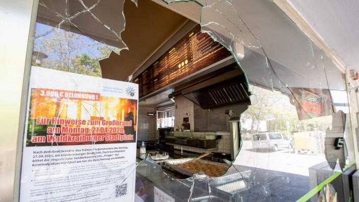 Waldkraiburg: Ein Zettel der Polizei, auf dem eine Belohnung für Hinweise für einen kürzlich erfolgten Brandanschlag gegen ein türkisches Lebensmittelgeschäft ausgewiesen ist, ist in einer eingeschlagenen Fensterscheibe eines Döner-Imbiss zu sehen.