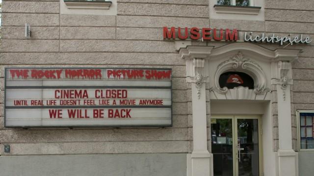 Aussenfassaden von Kinos mit Botschaften