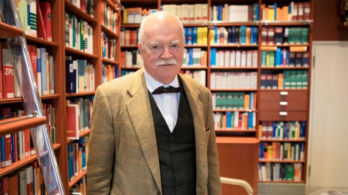 Peter Gauweiler in seiner ehemaligen Kanzlei in München.