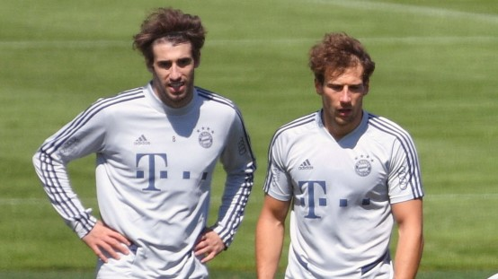 Thomas MUELLER (MÜLLER,Bayern Muenchen) am Ball, hi.v.li:Javi (Javier) MARTINEZ (Bayern Muenchen), Leon GORETZKA (Bayern; Fußball - Thomas Müller Training Sprint