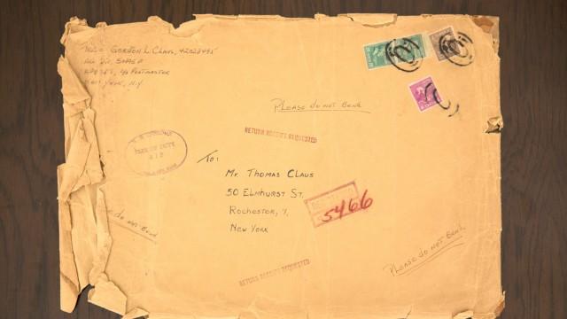 Doug Claus in seiner Wohnung in der Olympia-Pressestadt. Sein Vater war bei der Unterschrift zur Kapitulation in Reims am 7. Mai 1945 als Büromitarbeiter Eisenhowers vor Ort und hat als persönliches Souvenir auf dem Cover eines Schul-Bilderbuchs 31 Unters