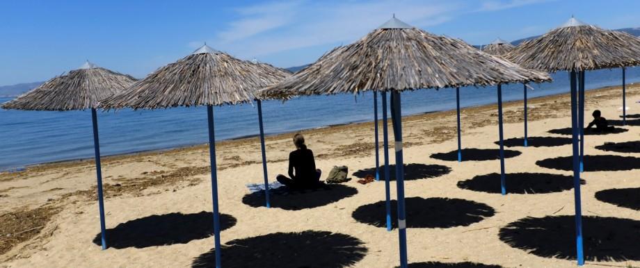Coronavirus: Frau am Strand von Thessaloniki während der Corona-Krise