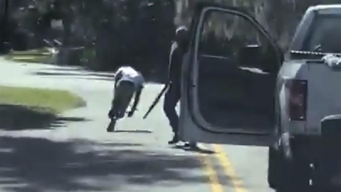 Schwarzer Jogger von Weißen erschossen - Video empört in den USA