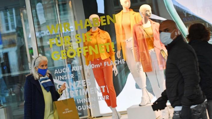 Oeffentliches Leben in Zeiten der Coronavirus Pandemie am 29.04.2020 in Muenchen. Schaufenster von Galeria Kaufhof-WIR H