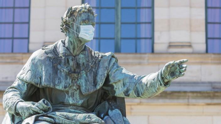 07.05.2020, Maskenpflicht in Deutschland Selbst König Ludwig der I trägt eine Mund-Nasen-Behelfs-Maske. Hier das Denkmal