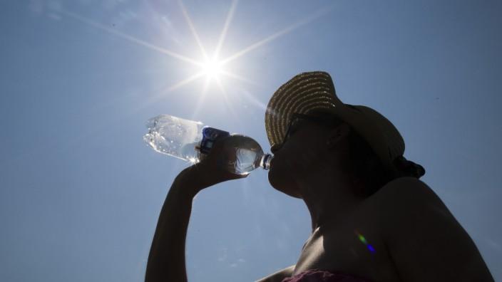 Trinken aus einer Wasserflasche