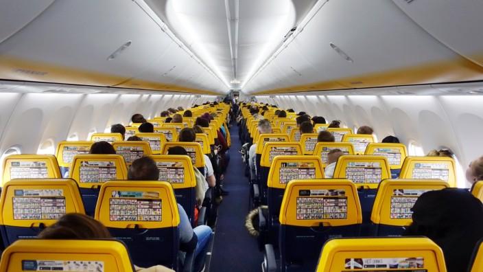 27.01.2019, Schoenefeld, Brandenburg, GER - Menschen in einer Flugzeugkabine der Ryanair. (Airline, Billigflieger, Bill
