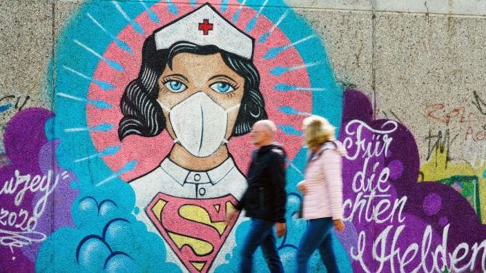 Hamm, 29.4.2020 - Corona-Kunst. Das Graffiti Super-Nurse an einer Wand in Hamm. Eine Krankenschwester mit Mundschutz un