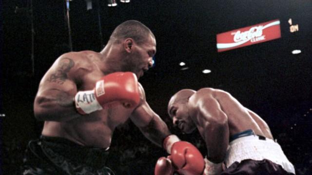 Mike Tyson li gegen Evander Holyfield beide USA PUBLICATIONxINxGERxSUIxAUTxHUNxONLY LAP97062