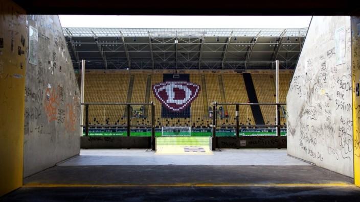 Fußball, Stadiongeschichte SG Dynamo Dresden Blick ins Stadion vom Eingang des K-Blocks aus kurz bvevor die Stadiontore