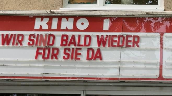 Geschlossenes Kino in München mit Botschaft zur aktuellen Corona-Krise, 2020