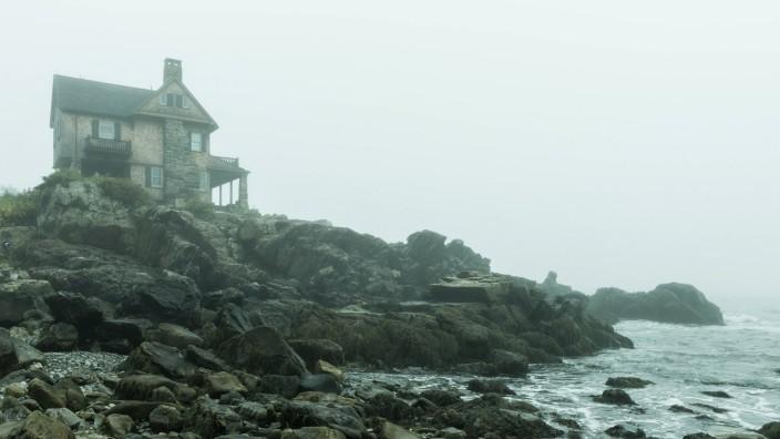 Beach house overlooking a foggy sea along the Maine coast. NR H&M H PUBLICATIONxINxGERxSUIxAUTxONLY Copyright: xJohnxGre