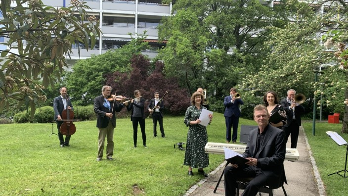 Gärtnerplatzorchester spielt draußen vor Altenheim