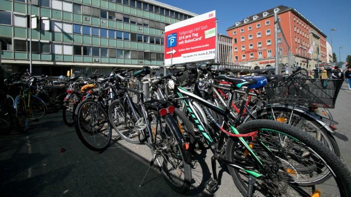 Fahrräder auf der Südseite des Hauptbahnhofs