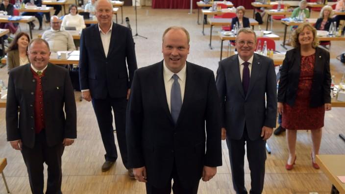 Kreispolitik: Der Landrat (Mitte) und seine vier Musketiere: Otto Bußjäger, Christoph Nadler, Ernst Weidenbusch und Annette Ganssmüller-Maluche (von links) sind die Stellvertreter von Christoph Göbel.