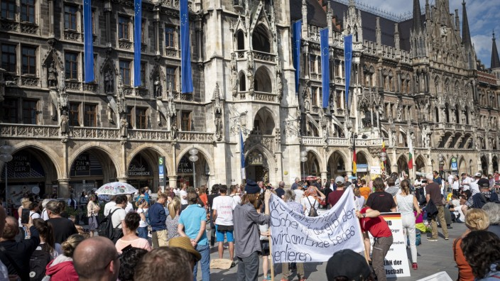 Demonstration in München gegen Einschränkungen und Verbote wegen der Corona-Krise, 2020