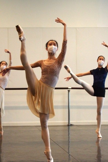 (200229) -- SHANGHAI, Feb. 29, 2020 -- Dancers of a local ballet troupe demonstrate movements during an open course on l