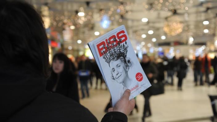 Obdachloser verkauft Straßenzeitung 'Biss' in München, 2015