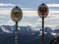 Grenzschilder auf der Grenze zwischen Deutschland und Österreich auf einem Grat im Karwendelgebirge in der Nähe der Ber