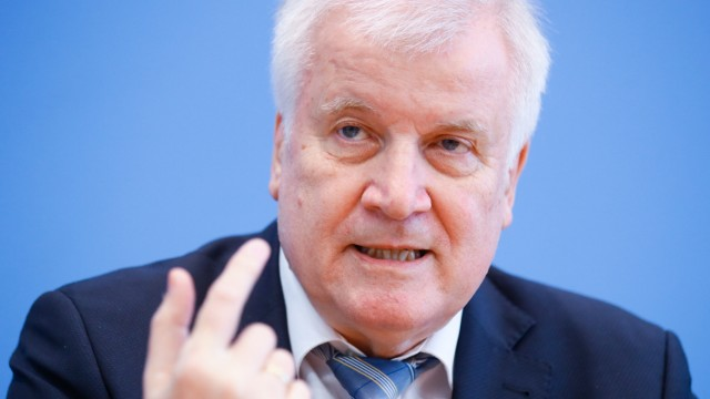 Coronavirus: Horst Seehofer spricht bei einer Pressekonferenz über Corona-bedingte Grenzkontrollen
