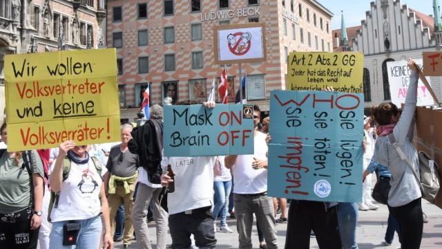 Teilnehmer Plakat Muenchen 09.05.20 Marienplatz Corona Team- Gruppe Demostration fuer Freiheit-Menschenwuerde und gegen