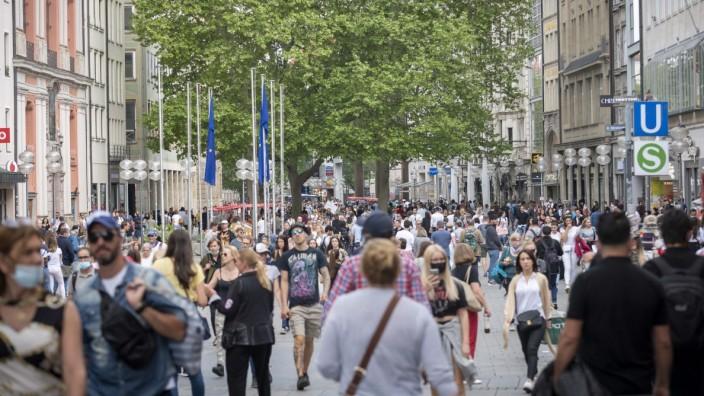 Gut besuchte Fußgängerzone in München nach Lockerungsmaßnahmen in der Corona-Krise, 2020