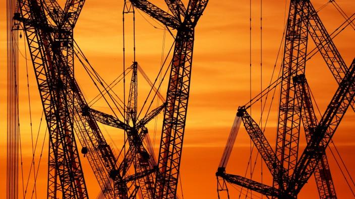 Corona-Krise trifft deutsche Wirtschaft hart: Kräne auf dem Werksgelände des Herstellers Liebherr