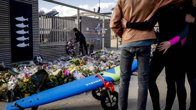 Niederlande: Vor dem Shore Surf Club in Scheveningen erinnern Blumen an die Toten.