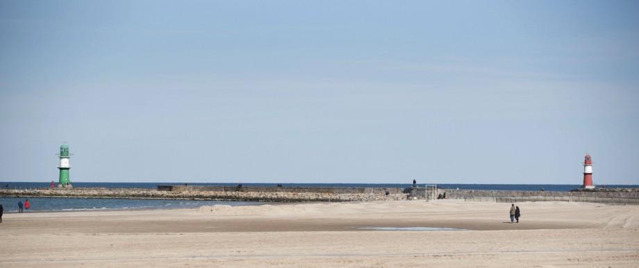 Der fast leere Ostseestrand in Warnemünde bei sonnigen Frühlingswetter. Wegen der Infektionsgefahr mit dem Coronavirus