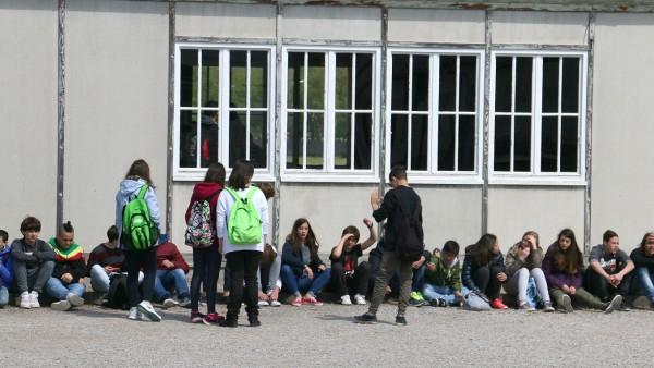 Schüler in der KZ-Gedenkstätte Dachau, 2015