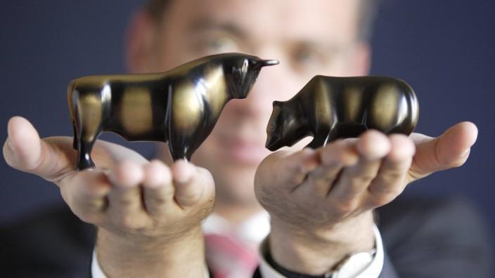 Bulle und Baer Symbol der Boerse in den Haenden eines Managers Bonn 12 07 2005 MODEL RELEASE vor