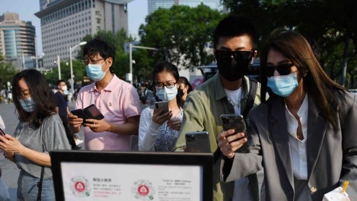 Tracing: Eine Überwachungs-App bestimmt, ob diese Menschen in Peking ein Einkaufszentrum betreten dürfen.