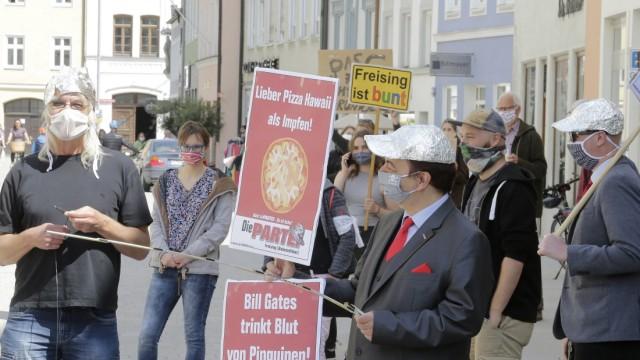 """Mahnwache in Freising: Bei der Gegenveranstaltung war unter anderem die satirische Gruppierung """"Die Partei"""" zugange."""