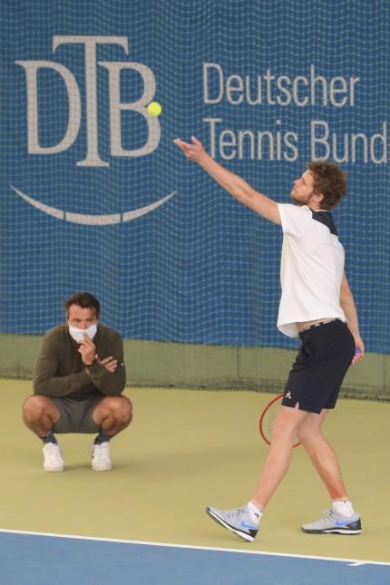 Corona Tennis Training in der BTV TennisBase in Oberhaching bei Muenchen, Trainer Lars Uebel mit Mundschutz und Spieler; Tennis