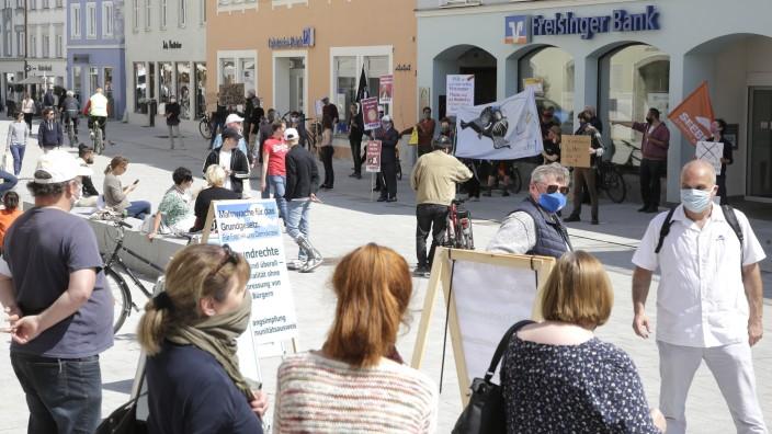 """Mahnwache in Freising: """"Mahnwache für das Grundgesetz"""": In der Unteren Hauptstraße in Freising haben am Samstag mehrere Menschen gegen die Corona-Maßnahmen protestiert."""