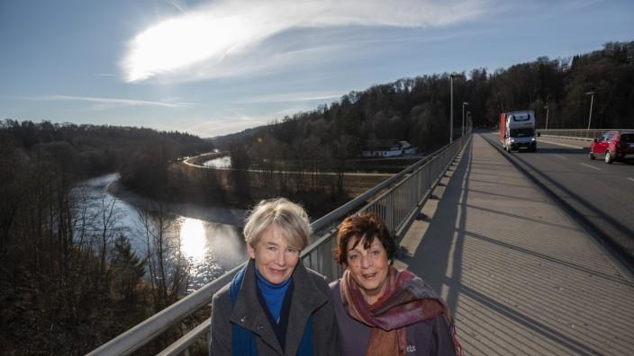 Grünwald, Grünwalder Brücke, Stefanie Helmes und Christine Mohaupt waren als Kinder bei der Einweihung der Brücke dabei,
