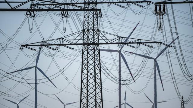 Höchstspannungsleitungen, 380 KV, Stromtrasse, der Strom kommt aus dem Rheinischen Braunkohlerevier, beim Kraftwerk Neur