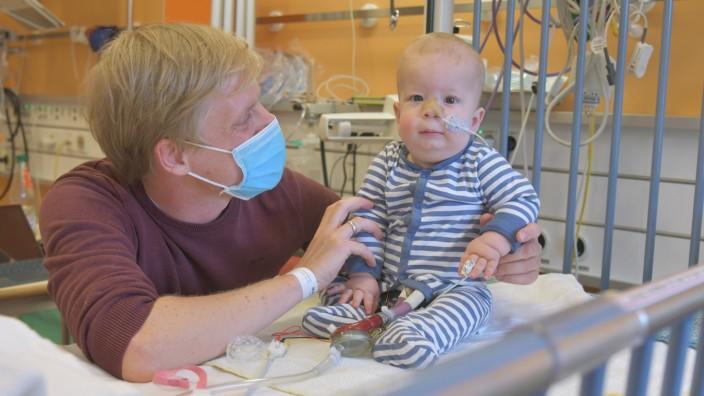 Der zehn Monate alte Lukas und sein Vater Konrad im Uni-Klinikum Erlangen.