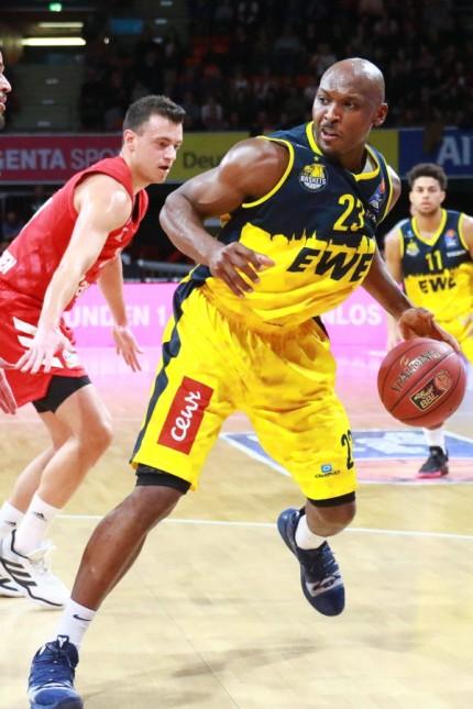 Rickey Paulding (mit Ball) (Oldenburg) gegen Alex King (FC Bayern) / Basketball / BBL / FC Bayern Basketball -EWE Basket; Basketball