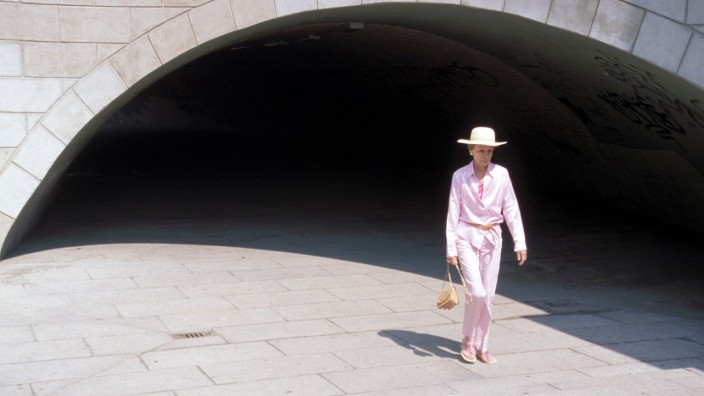 Rüstige Rentnerin in elegantem Outfit auf dem Weg durch Berlins Mitte